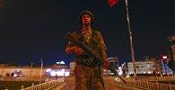 Турецкий военный на площади Таксим в Стамбуле