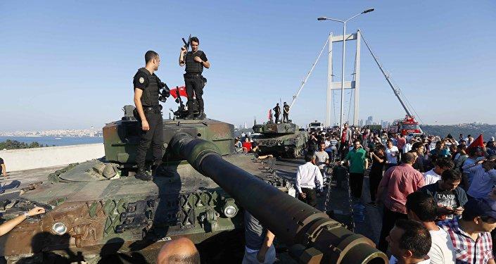 Турецкие полицейские на танке на мосту через Босфор, после задержания мятежных военных