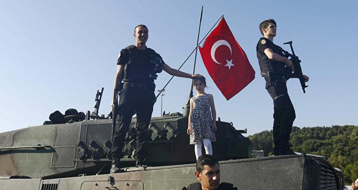 გოგონა, ამბოხების ჩახშობის შემდეგ, პოლიციელებთან ერთად ფოტოს იღებს