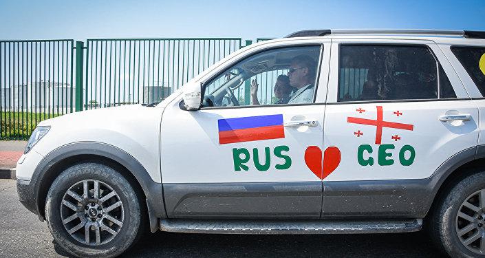 Автомобили с флагами России и Грузии