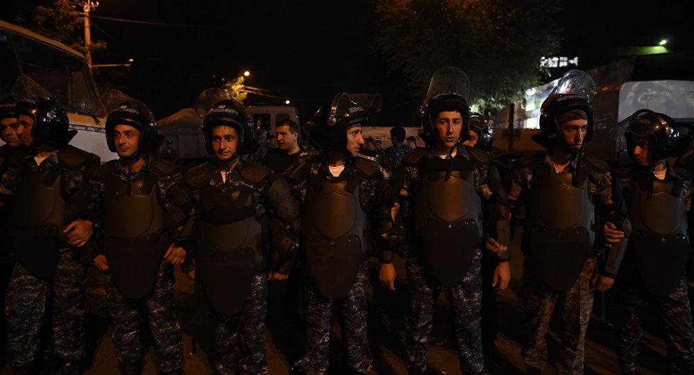 К захваченному зданию полиции в Ереване прибыли демонстранты