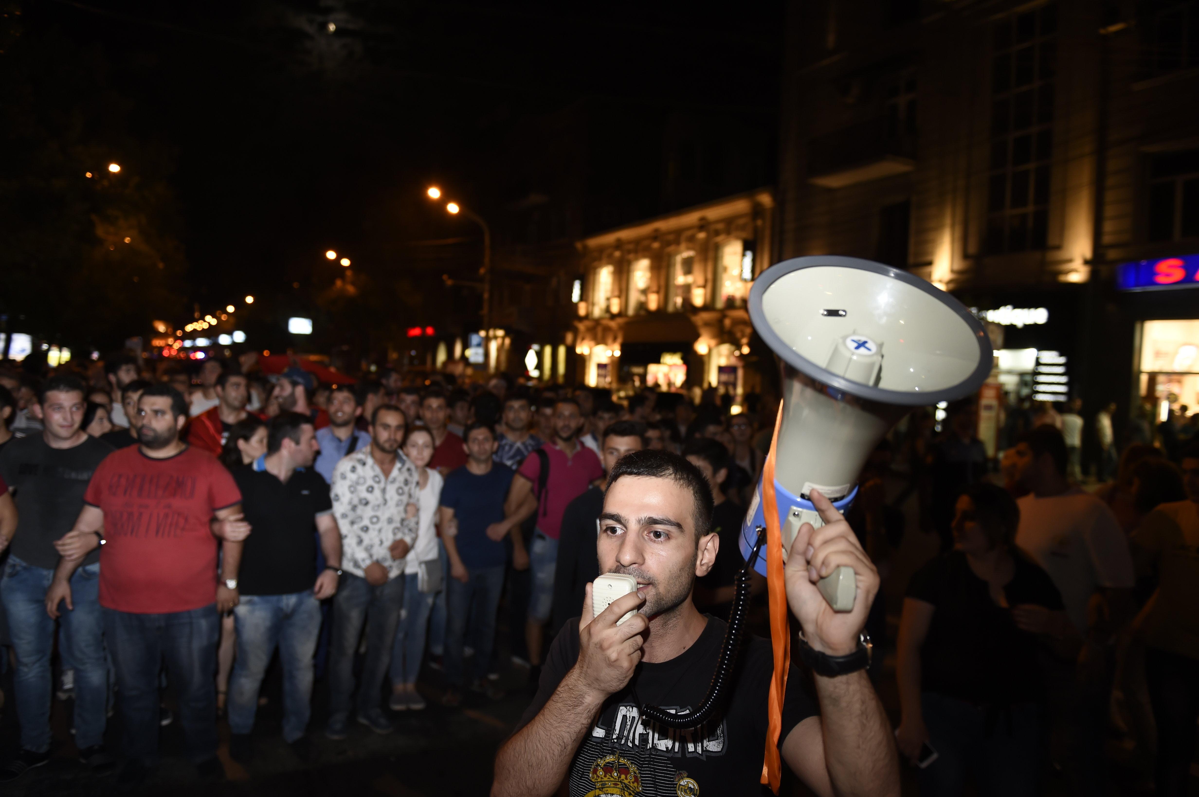 В числе митингующих много представителей молодежи.