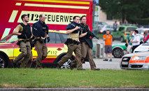 Полицейские около торгового центра в Мюнхене, где 22 июля произошла стрельба