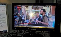 Общение членов вооруженной группы с журналистами на территории захваченного полка ППС