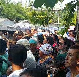 Крики людей и оцепление милиции - видео с митинга в Бишкеке