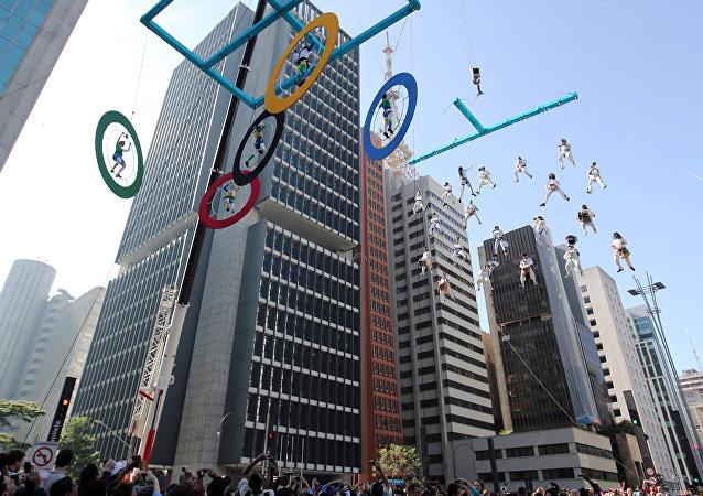 Выступления акробатов в Рио-де-Жанейро на фоне олимпийских колец