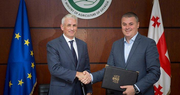 სოფლის მეურნეობის მინისტრი ოთარ დანელია და UNDP-ს მოქმედი ხელმძღვანელი შომბი შარპი