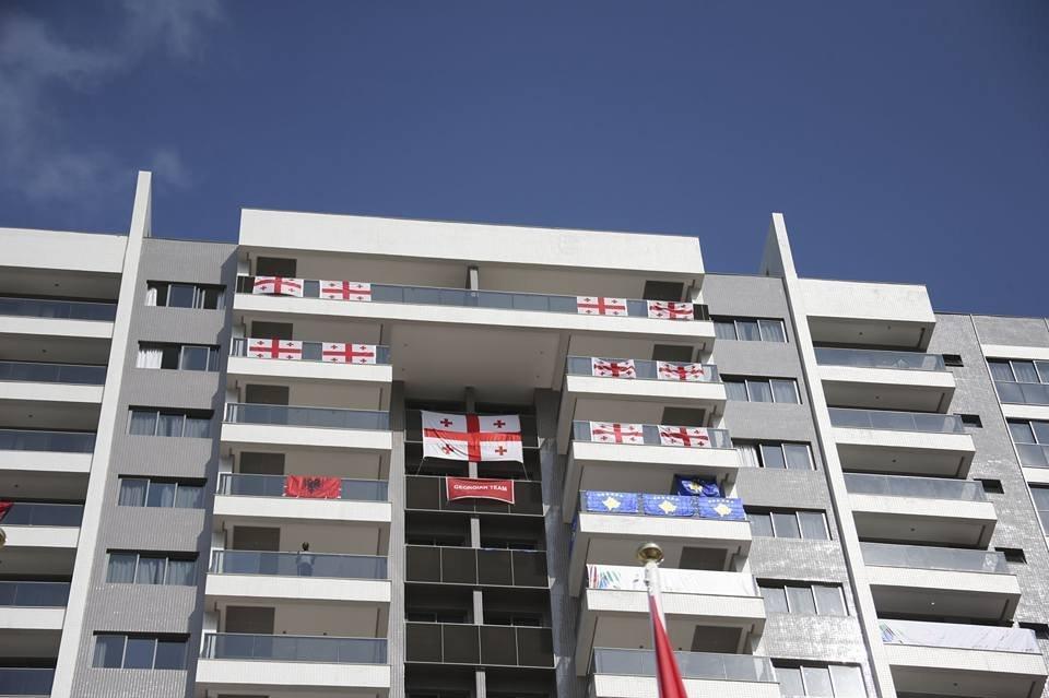 Грузинские флаги в олимпийской деревне