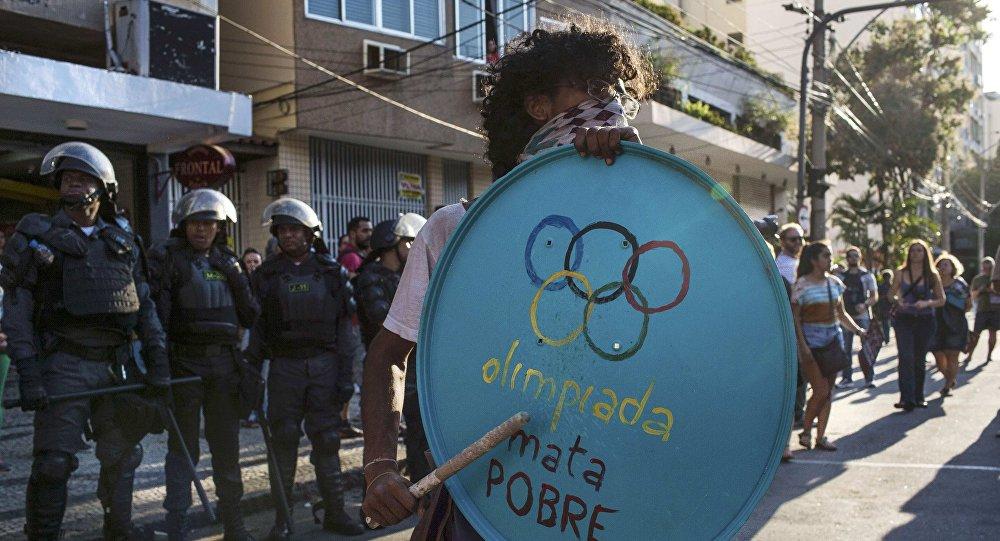 Милиция Рио применила слезоточивый газ для разгона протестующих устадиона «Маракана»
