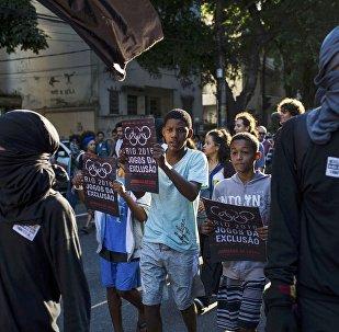 Участники акции протеста против Олимпиады у стадиона Маракана в Рио-де-Жанейро
