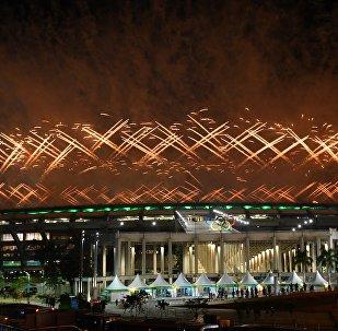 Салют над стадионом Маракана во время церемонии открытия XXXI летних Олимпийских игр в Рио-де-Жанейро.