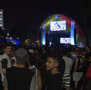 Люди на площади в Рио-де-Жанейро на большом экране смотрели открытие Олимпиады