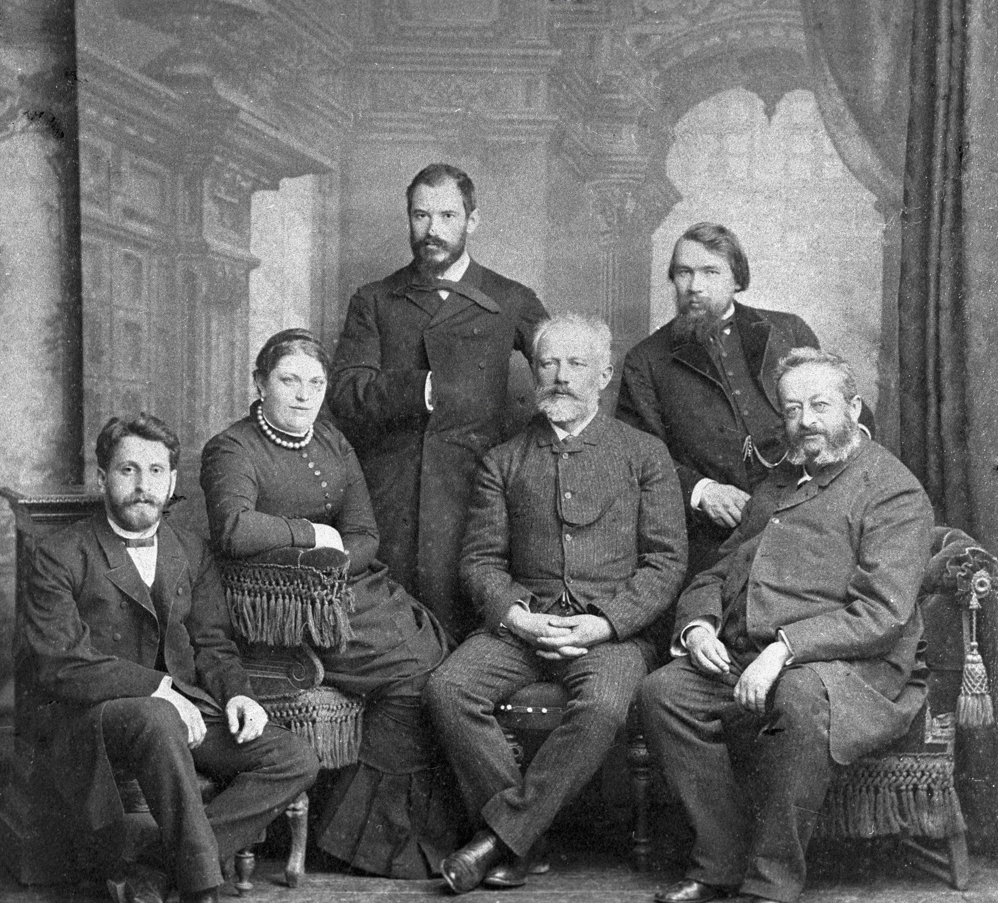 Композитор Петр Чайковский (второй справа на первом плане) среди педагогов Тифлисского музыкального училища. 1887-й год