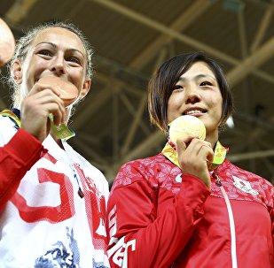 Награждение победительниц Олимпиады в соревновании по дзюдо среди женщин до 70 кг