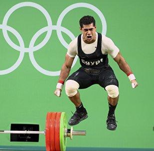 Финал соревнований по тяжелой атлетике среди мужчин в категории до 77 кг на XXXI летних Олимпийских играх. Мохамед Ихаб Юсуф из Египта празднует победу.