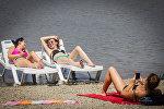Отдых в летнюю жару - пляж озера Лиси