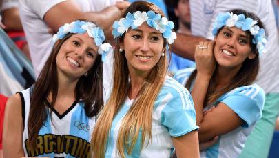 Аргентинские болельщицы поддерживают свою команду на Олимпиаде в Рио-де-Жанейро.