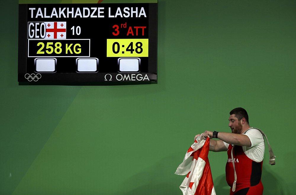 Лаша Талахадзе одержал победу на Олимпийских играх в Рио-де-Жанейро, установив мировой рекорд - по сумме двоеборья он набрал 473 кг (215 + 258).