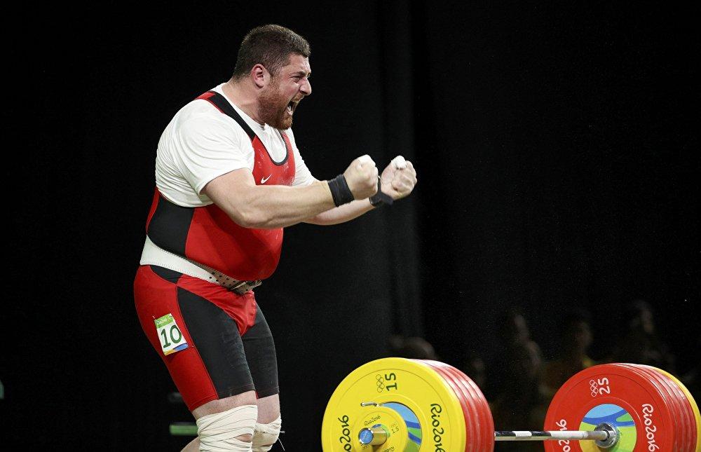 Тяжеловес из Грузии Лаша Талахадзе радуется своей победе на Олимпиаде в Рио.