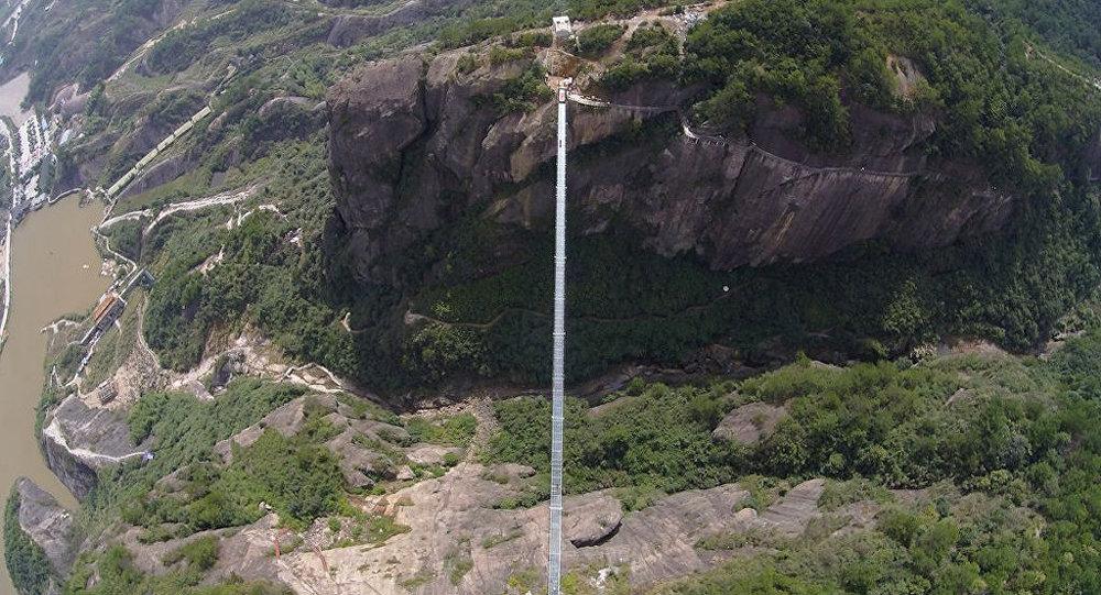 Самый длинный вмире стеклянный мост откроют в КНР 20августа
