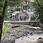 Туристический центр Боржоми - пешеходный мост через речку Боржомула