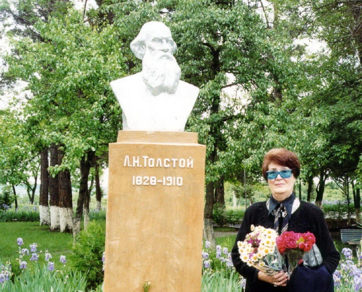 ლევ ტოლსტოის ბიუსტი მუხროვანში