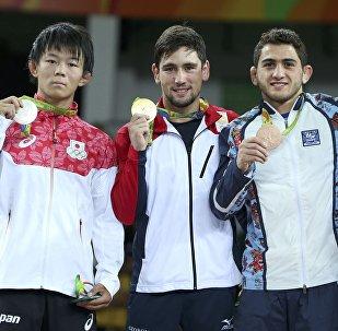 Владимир Хинчегашвили (второй слева) - золотой призер XXXI летних Олимпийских игр