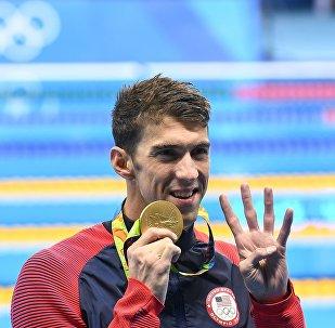 Майкл Фелпс (США), завоевавший золотую медаль в плавании на 200 м комплексом среди мужчин, на церемонии награждения XXXI летних Олимпийских игр.