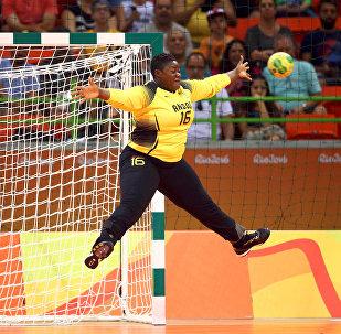 Соревнования ОИ по гандболу. Голкипер сборной Анголы Тереза Алмейда