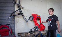 Зура Датунашвили чинит велосипеды