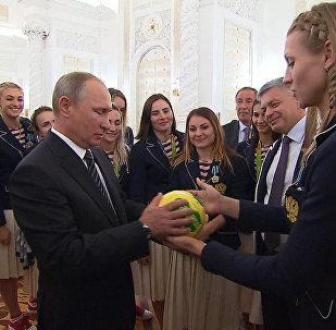Российские гандболистки вручили Путину мяч, которым играли в финале ОИ-2016
