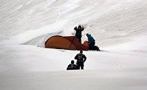 Потерявшиеся альпинисты и спасатели