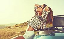 Привлекательная девушка у машины