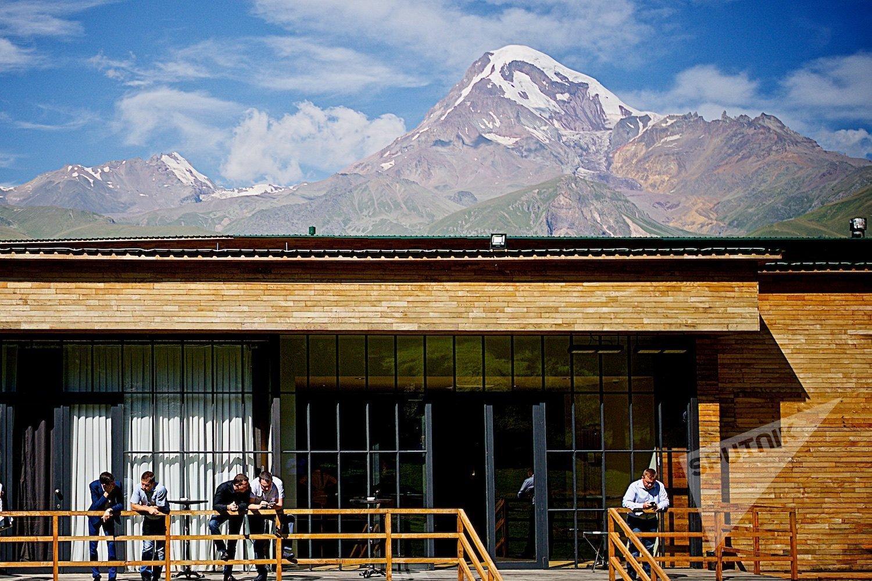 Вид на вершину Казбека (Мкинварцвери) с территории одного из отелей в Степанцминда.