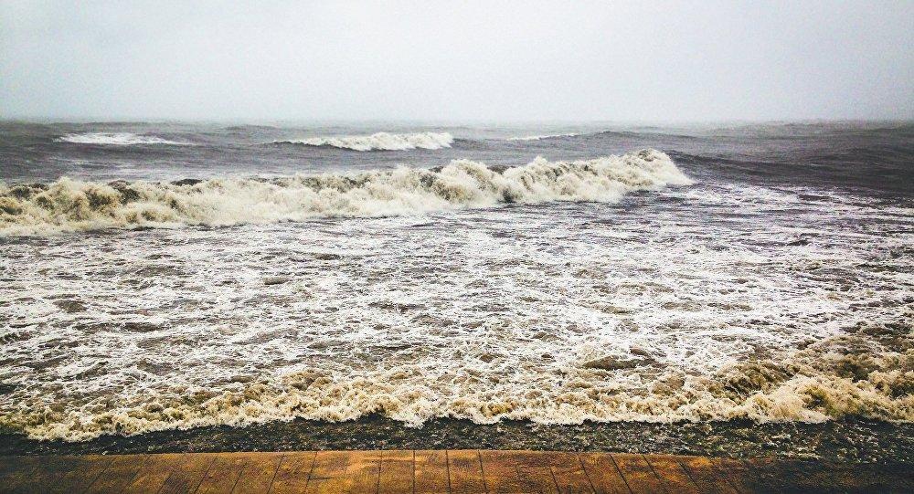 Сильный шторм иливни обрушились наЧерноморское побережье Грузии