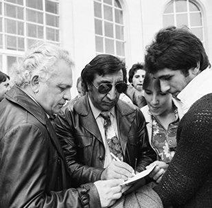 Фрунзик Мкртчян раздает автографы в Тбилиси.