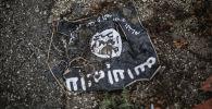 Флаг радикальной исламистской организации Исламское государство Ирака и Леванта на месте боев в провинции Латакия