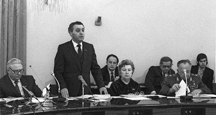 На заседании Центральной избирательной комиссии по выборам в Верховный Совет СССР. Выступает секретарь Президиума Верховного Совета СССР Тенгиз Николаевич Ментешашвили.