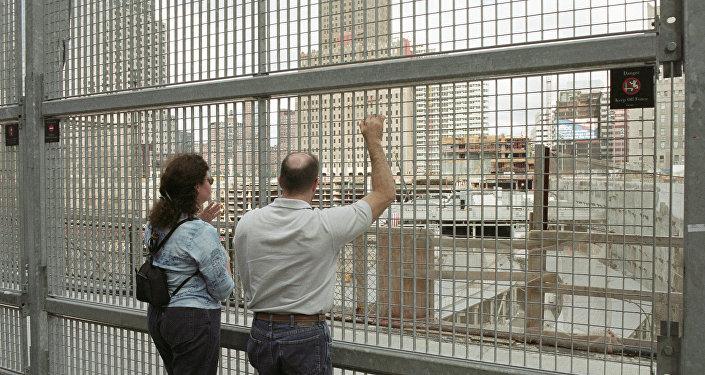 Жители Нью-Йорка у заграждения на месте взрыва Всемирного торгового центра.