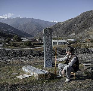 Пожилой мужчина в день праздника жертвоприношения Курбан-байрам в селе Итум-Кале.
