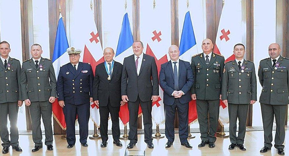 Президент Грузии наградил орденом министра обороны Франции