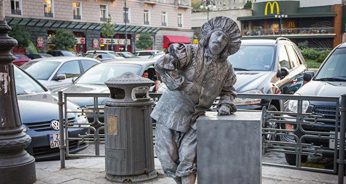 თბილისში ქანდაკება ფულს შოულობს