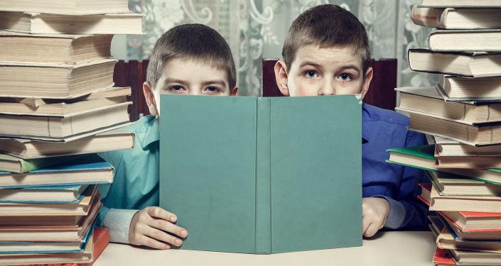 წიგნებში ჩაფლული მოსწავლეები