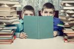 Школьники среди учебников