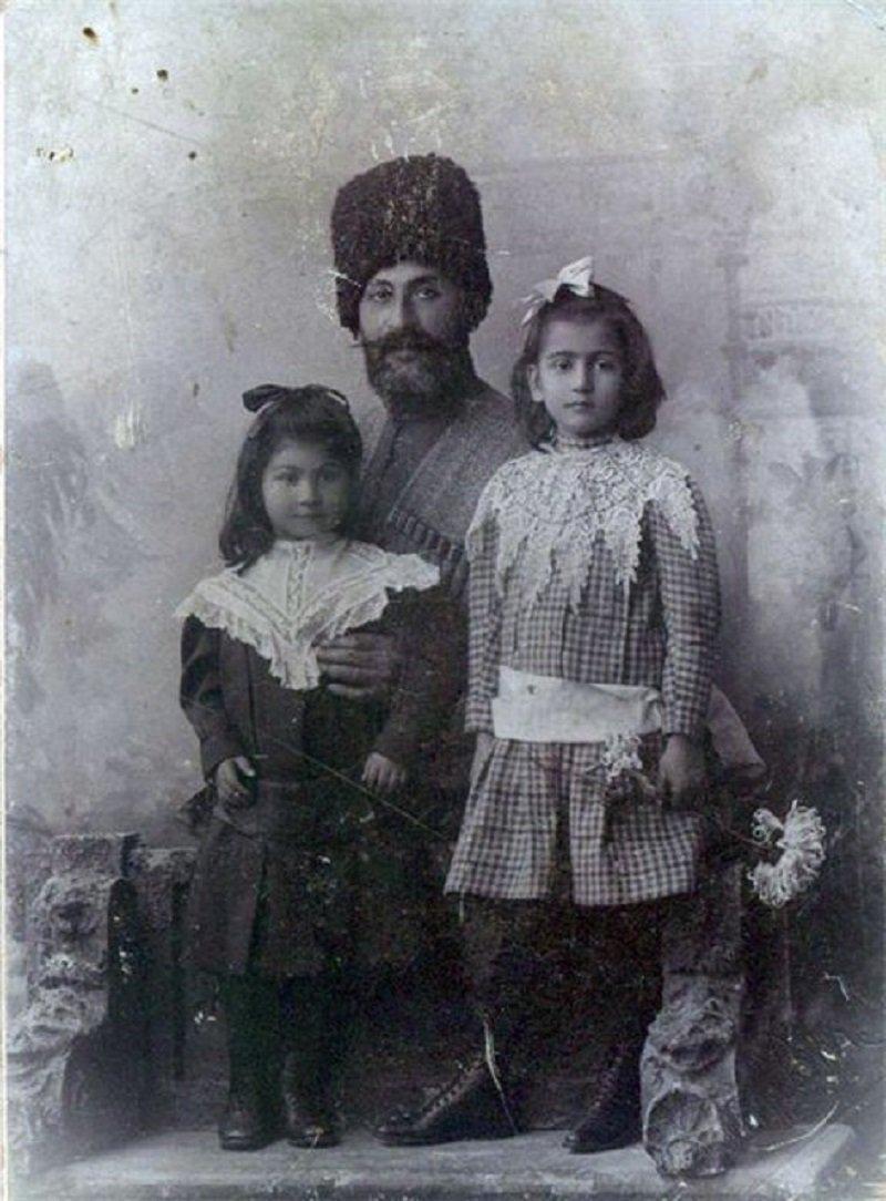ნიკო ბური ქალიშვილებთან, ნატალიასა და რუსუდანთან ერთად.