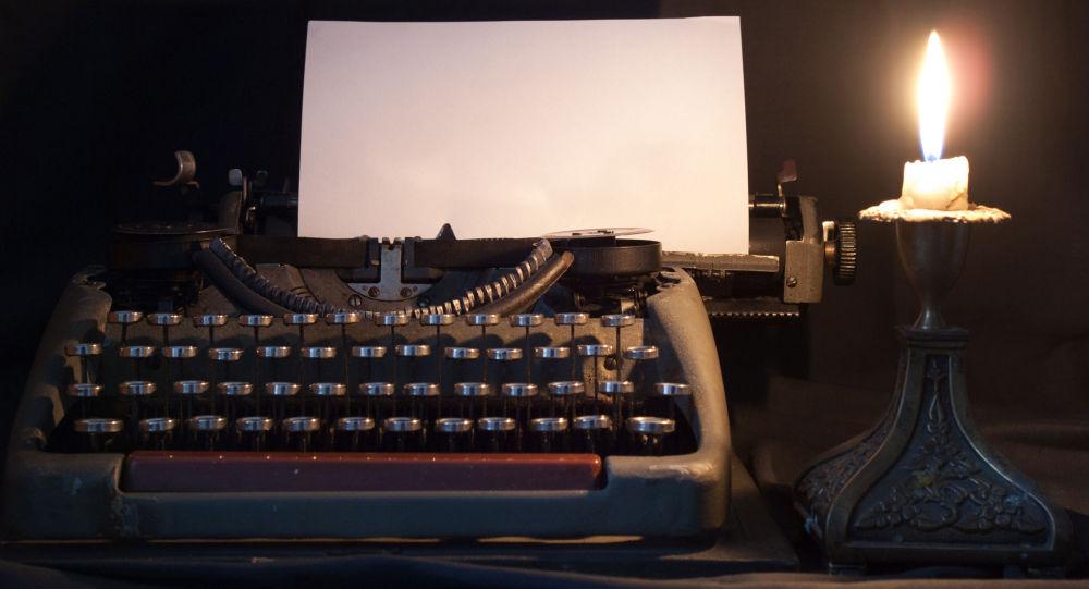 Печатная машинка при свете свечи