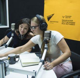 Сотрудники в студии радио Sputnik Кыргызстан в Бишкеке