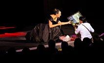 Елена Ваенга получила подарки на концерте в Тбилиси