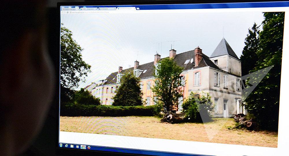 Девушка рассматривает на компьютере фото поместья Левиль во Франции