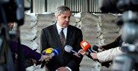 Посол США в Грузии Ян Келли беседует с журналистами